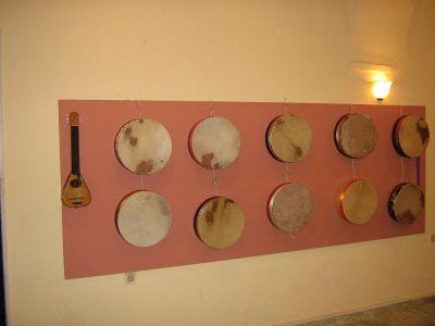 Μπεντίρ και αυτοσχέδια κατασκευή χορδόφωνου (κατασκευή του φοιτητή  Κ. Δεδούση).