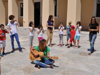 Τραγούδι συνοδεία κιθάρας και χρήση νουνούρας (kazoo) από τα παιδιά